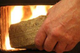 Топливные брикеты или дрова — чем выгоднее топить дом?