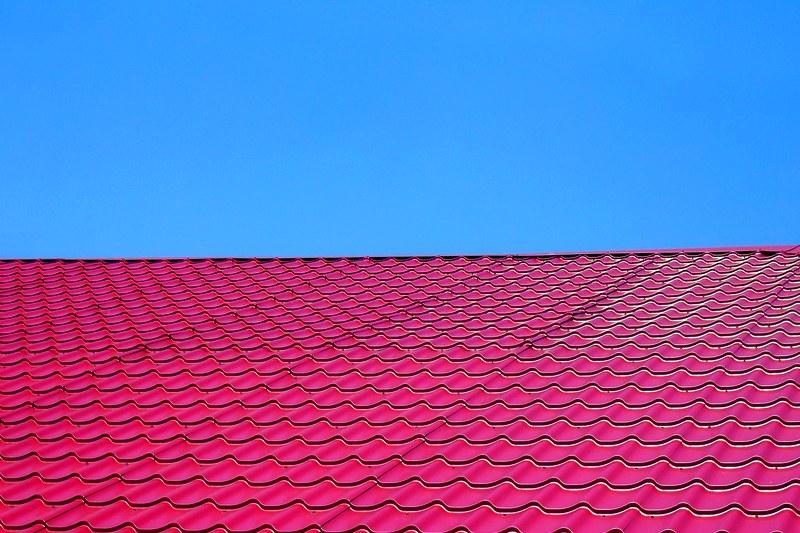 Какой материал выбрать для крыши дома на даче?