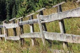 Как обновить покосившийся забор на даче