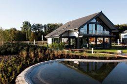 Почему проекты дачных домов с мансардой так популярны и из чего их строят