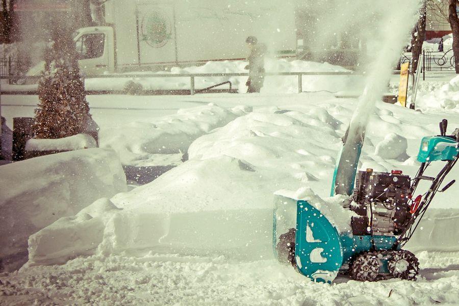 Работа снегоуборочной машины на улице