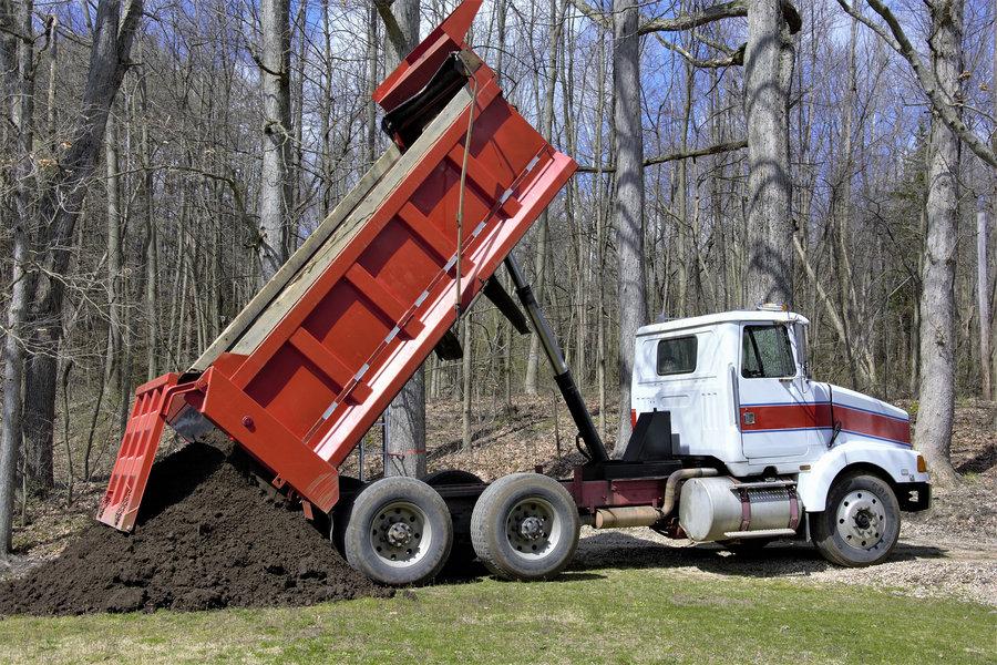 Как вывезти грунт с участка: способы и необходимые условия